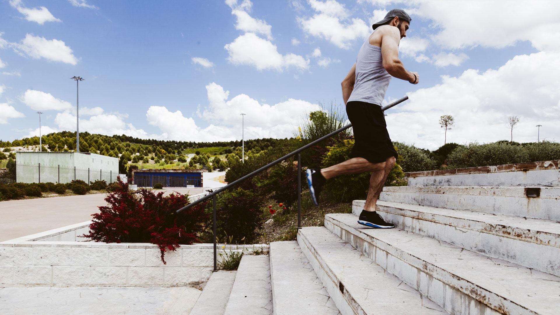 Runner con cappellino consigli esperto Santucci Running Team